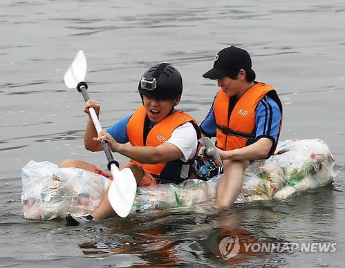 Coreanos navegando sobre una balsa elaborada con bolsas de snacks