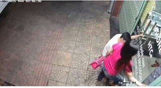 شاهد ماذا فعل شاب بهذه الفتاة مستغلاً خلو الشارع من المارة  !!