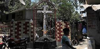 Crucifixo que jorra água causa polêmica na Índia