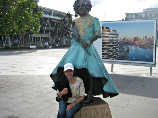 Statue of Dame Edna in Melbourne