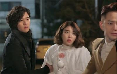 David grabs Bo Tong's arm as Ma Te tries to lead her away.