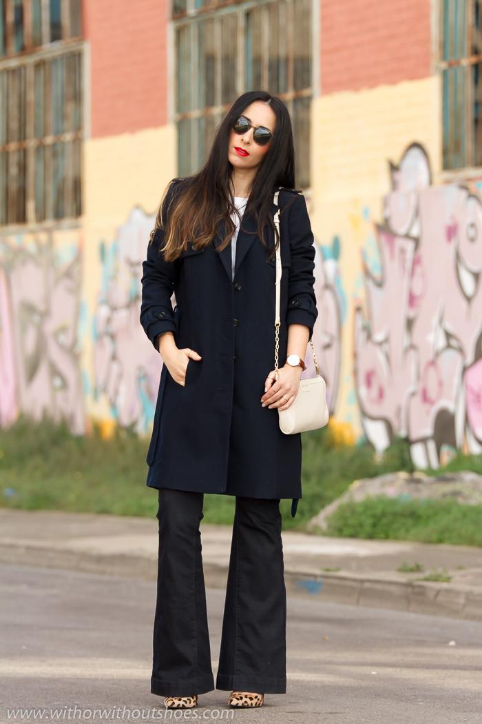 Look setentas con pantalones campana y abrigo trench de Selected con zapatos de estampado leopardo de Steve Madden