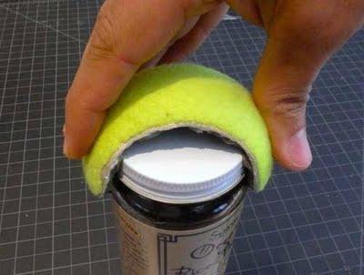 Riciclare le palline per un utilissimo apribarattoli e bottiglie