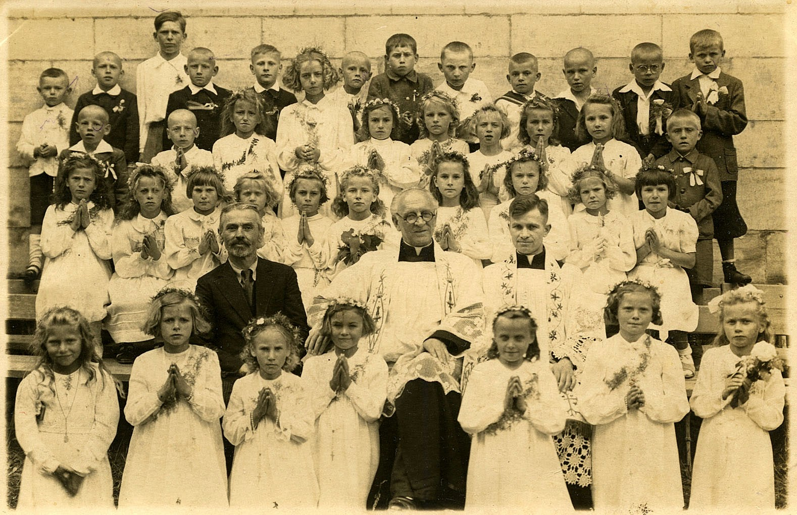 Uroczystości I Komunii Św. - Końskie, dziatwa szkolna z Rogowa, ks. Antoni Ręczajski, ks. Józef Granat (w Rogowie udzielał nauki religii od grudnia 1941 r.). Foto. odszukał i udostępnił Marek Kozerawski.