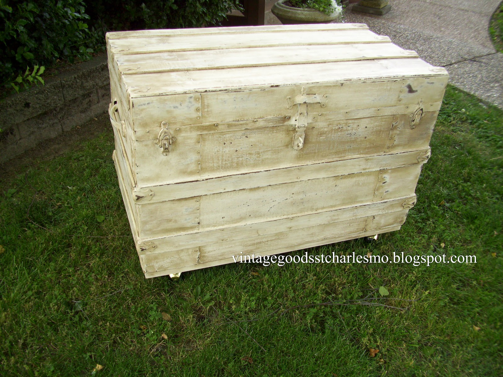 Vintage goods old trunk - How to paint an old trunk ...