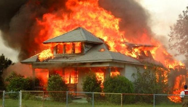 Οι «Λάθρο» καίνε τα σπίτια ενώ οι Έλληνες κοιμούνται σε Αυτοκίνητα! (video)