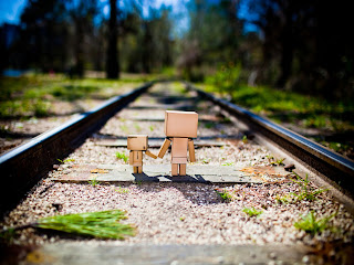 Cute Amazon Boxman on Railway HD Wallpaper