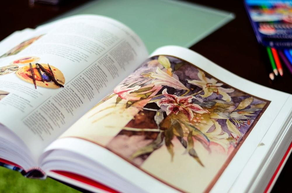 Czarnynoga 'rysuje' kredkami akwarelowymi. |Czarnynoga 'draws' with watercolor pencils.