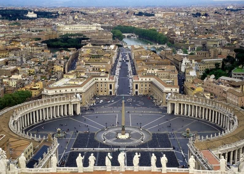 Vatikan,- Vatikan adalah sebuah Negara yang sangat kecil dan terletak di Kota Roma Italia. Negara ini tidak memiliki kekuatan militer namun tercatat ada 4 negara yang saiap melinndungi Negara ini dari Invasi Negara Lain termasuk Italis. Vatikan didirikan oleh seorang Fasis yakni Mussolini untuk mendapatkan dukungan dan Gereja Vatikan di Roma