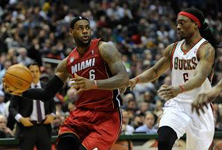 LeBron James dihalangi pemain Bucks