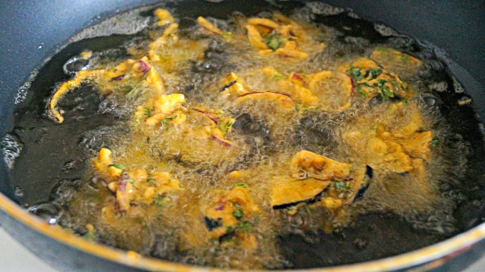 http://cupcakeluvs.blogspot.dk/2015/03/aubergine-fritter-aubergine-pakoreh.html