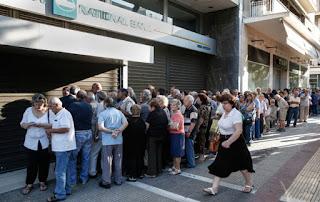 Cozi de pensionari la băncile grecești