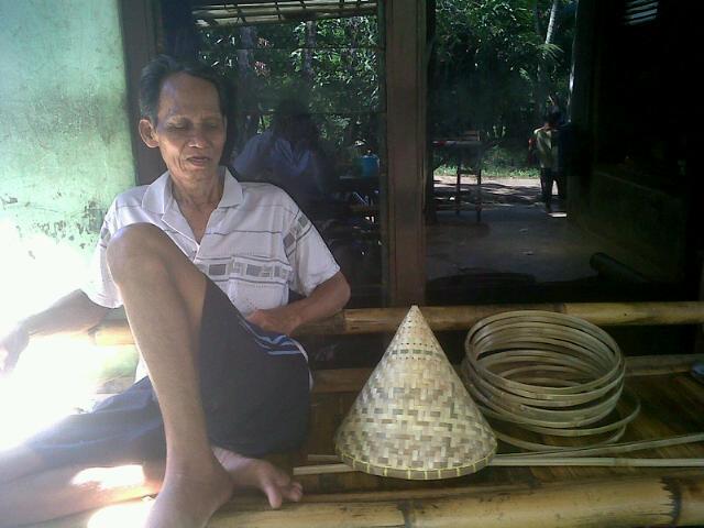 Pak Mahmud pengrajin kukusan bambu dari Rancakalapa