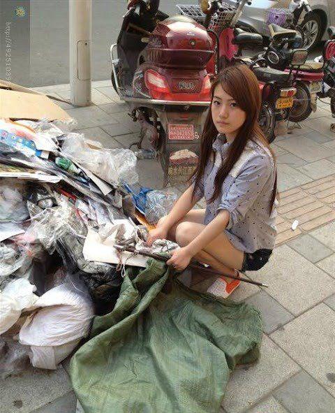 Cewek Cantik Ini Jadi Pemulung Di China !! [ www.BlogApaAja.com ]