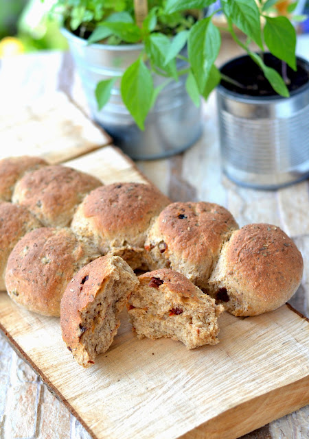 chlebek piknikowy, chleb z oliwkami, chleb z pomidorami