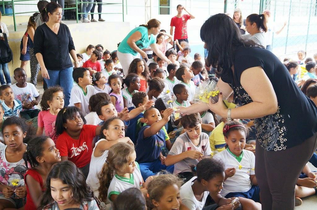 Alunos da Escola Aclimea recebem os presentinhos
