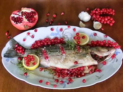 pesce persico al forno con ribes e melagrano