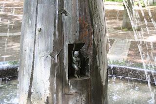 Miniatur in der Brunnenfigur am Waldplatz