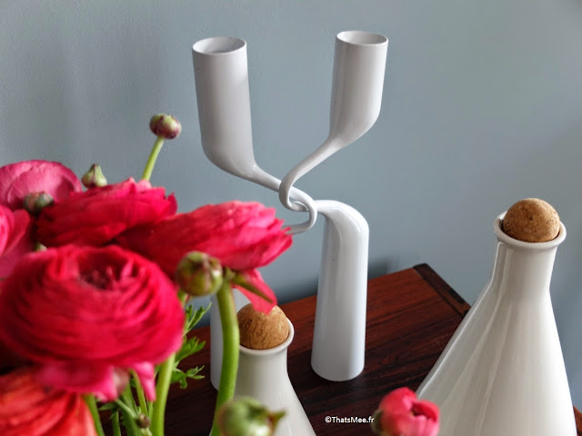 décoration d'intérieur accessoires bougeoirs double Mikaela Dorfel pour Menu, et carafes Ferm Living blanches bouchon liège