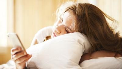 77 Persen Orang Amerika Gunakan Smartphone di Tempat Tidur
