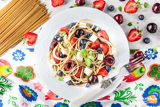 makaron z serem i owocami, spaghetti z serem i owocami, makaron na słodko, deser z owocami, czereśnie, truskawki, borówki, kraina miodem płynąca