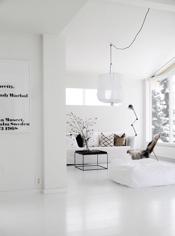 hvidt hjem med hvide gulve, hvid lampe, hvid kunst
