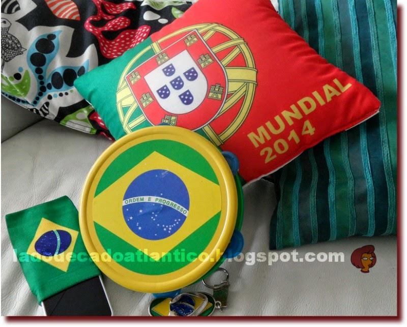 Imagem de uma almofada com bandeira portuguesa alusiva à Copa do Brasil/2014, pandeirinho e chaveiro e capa de celular (telemóvel) com bandeira do Brasil