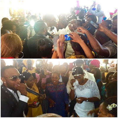 Kcee surprise couple by playing free at their wedding.