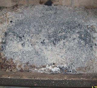 Popiół z brykietu drzewnego Golden Stone w kominku
