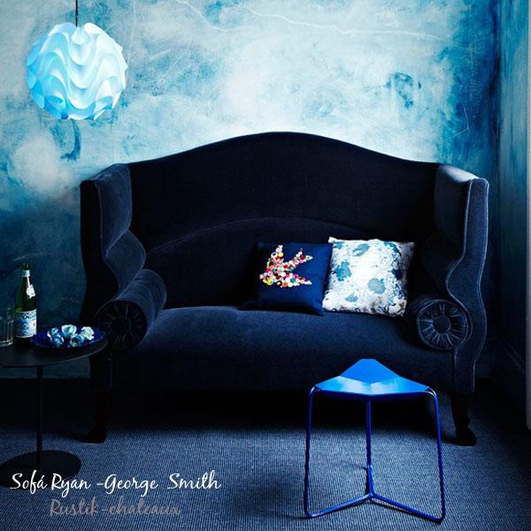 sofa-pequeno-orejero-con-glamour-en salon azul