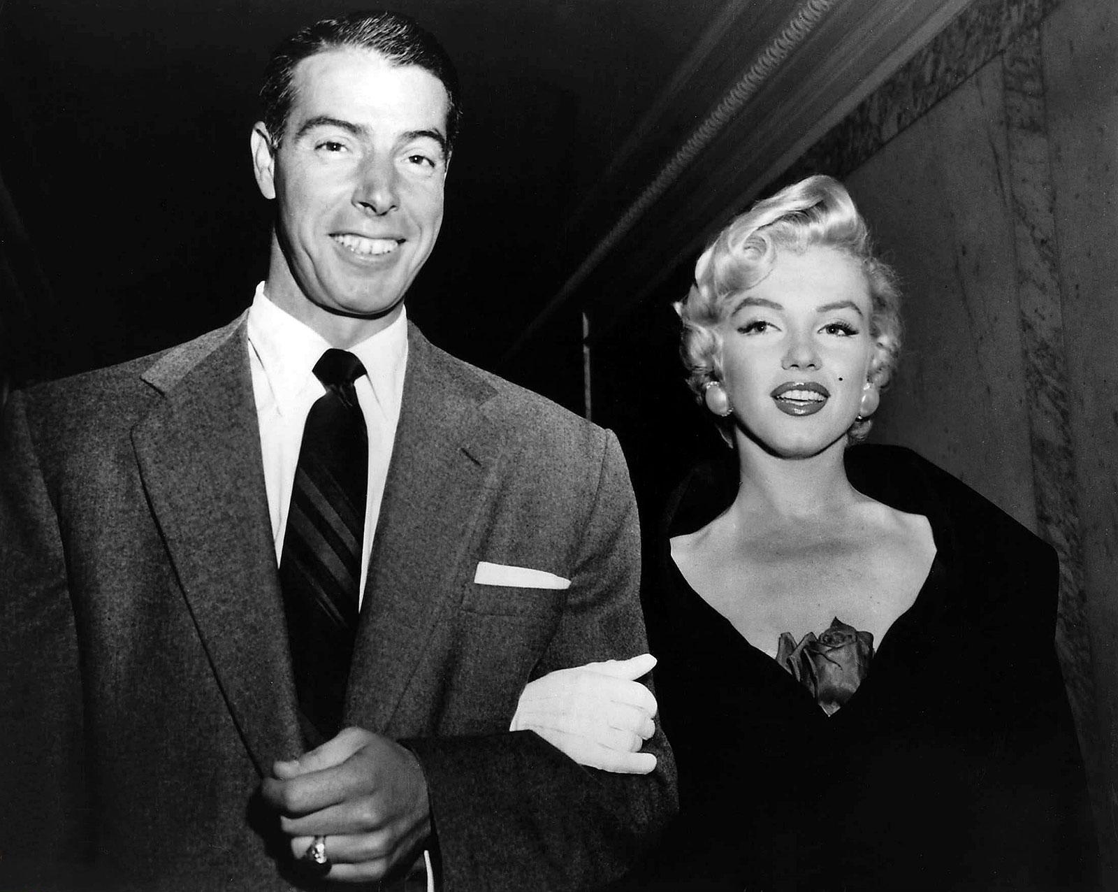 http://4.bp.blogspot.com/-bPUR74tDkdI/TnxaSyxy8DI/AAAAAAAALOM/gJRoG8xWEuA/s1600/Joe-Dimaggio-and-Marilyn-Monroe.jpg