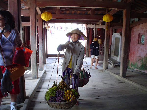 Vendedor ambulante en Hoi An, Vietnam