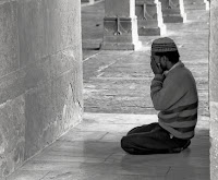 """Ebû Hüreyre (r.a.)'den rivâyete göre, Rasûlullah (s.a.v.) şöyle buyurdu: """"Kim şu birkaç kelimeyi benden alarak onlarla amel eder? Veya onları amel ederek bir kimseye öğretir? Ebû Hüreyre diyor ki: """"Ben Ey Allah'ın Rasûlü!"""" dedim. Bunun üzerine elimi tuttu ve beş konu sayarak şöyle buyurdu:"""