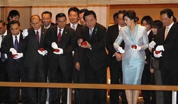 Thủ tướng Nguyễn Tấn Dũng cho các chép ăn