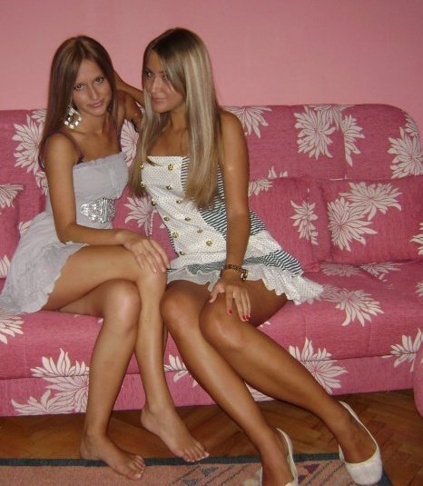 crossed-legs-teens