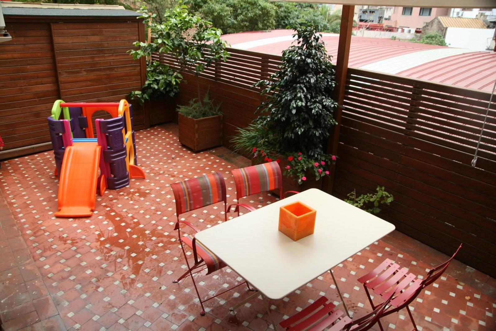 Jardinitis terraza en un bajo for Barda de madera para jardin