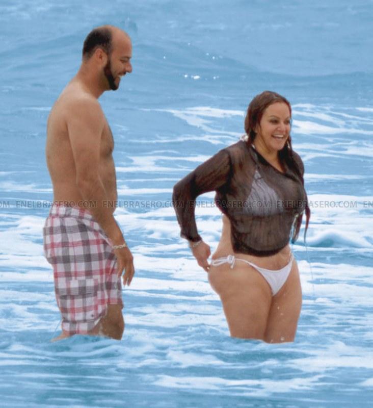 Jenny Rivera – Fotos en bikini a la orilla del mar