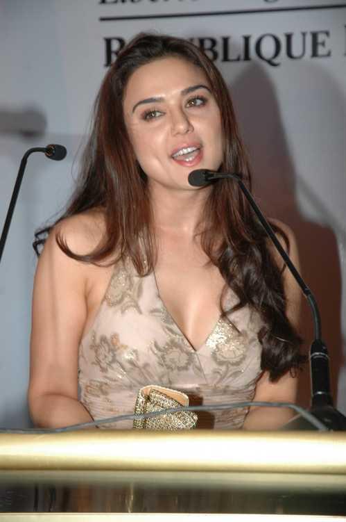 preti zinta hot photos bollywood actor actress hot wallpapers. Black Bedroom Furniture Sets. Home Design Ideas