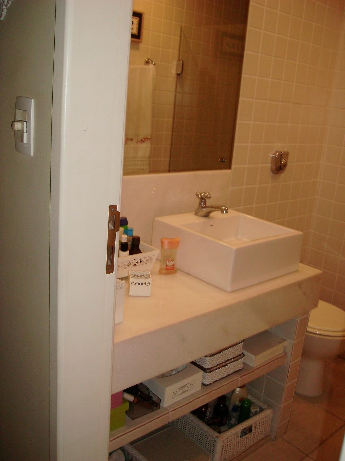 Aqui o banheiro e bancada da suíte com branco total. Até as toalhas  #A84623 1200x1600 Banheiro Bege Com Branco