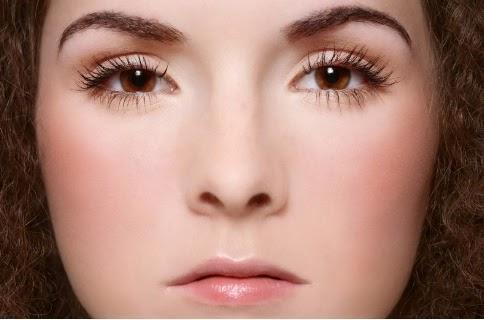 Peau nude et les joues très légèrement fardées (source: wallpapers) - Les Mousquetettes