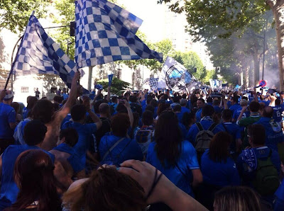 Afición azul marcha hacia el estadio Carlos Belmonte