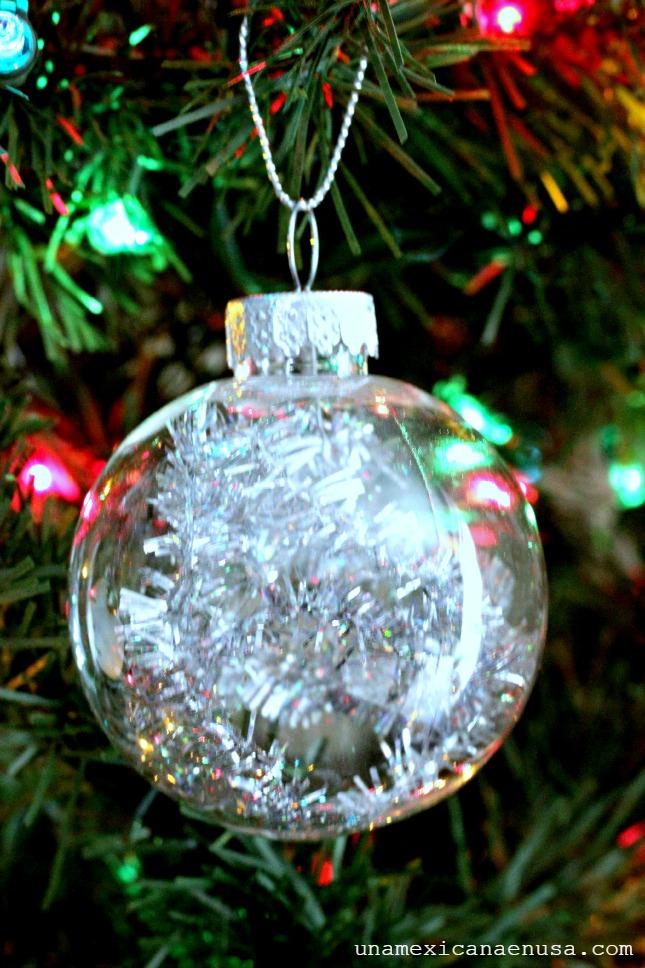 Esfera de cristal colgada en el árbol de Navidad