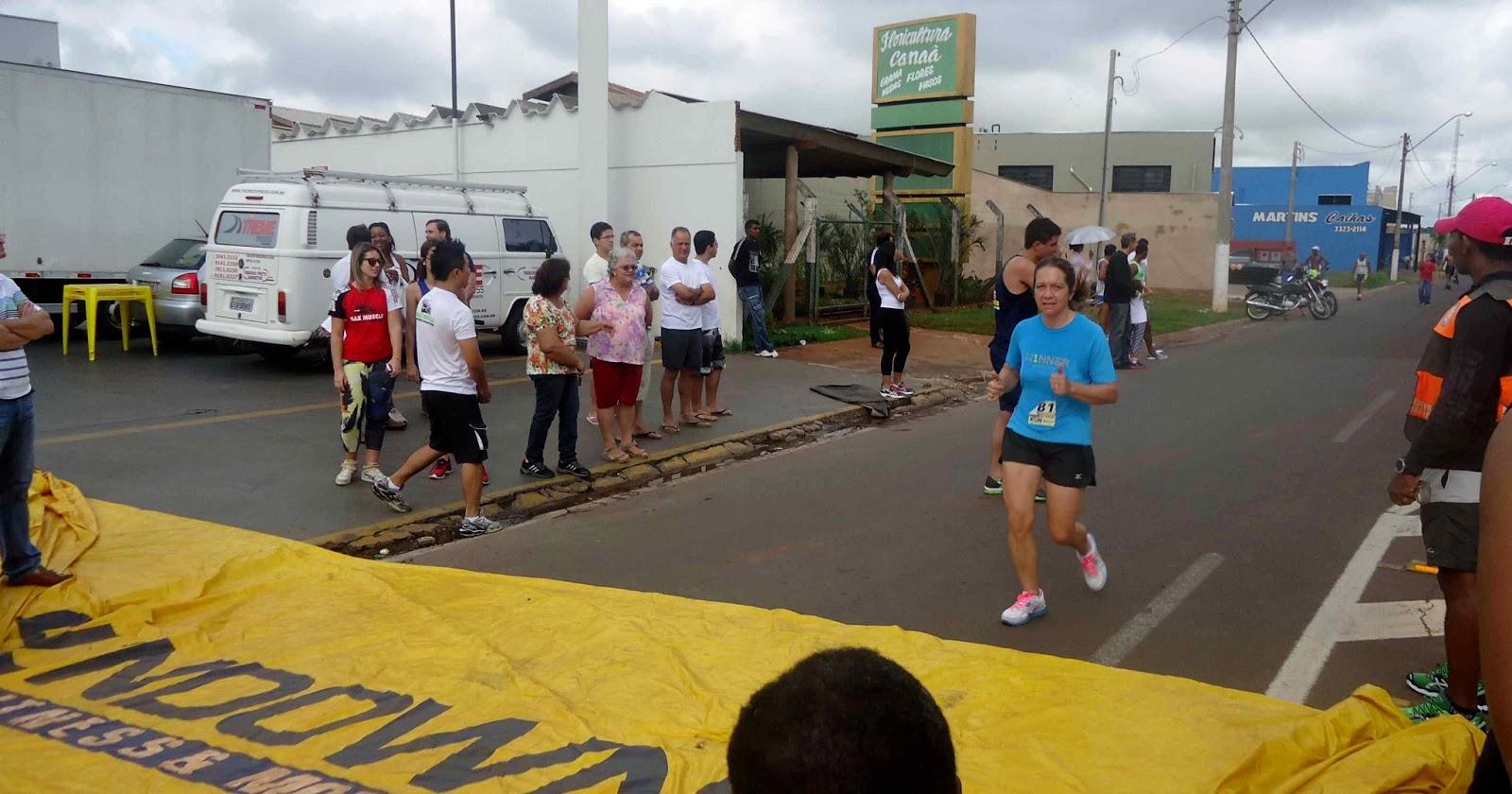 Foto 137 da 1ª Corrida Av. dos Coqueiros em Barretos-SP 14/04/2013 – Atletas cruzando a linha de chegada