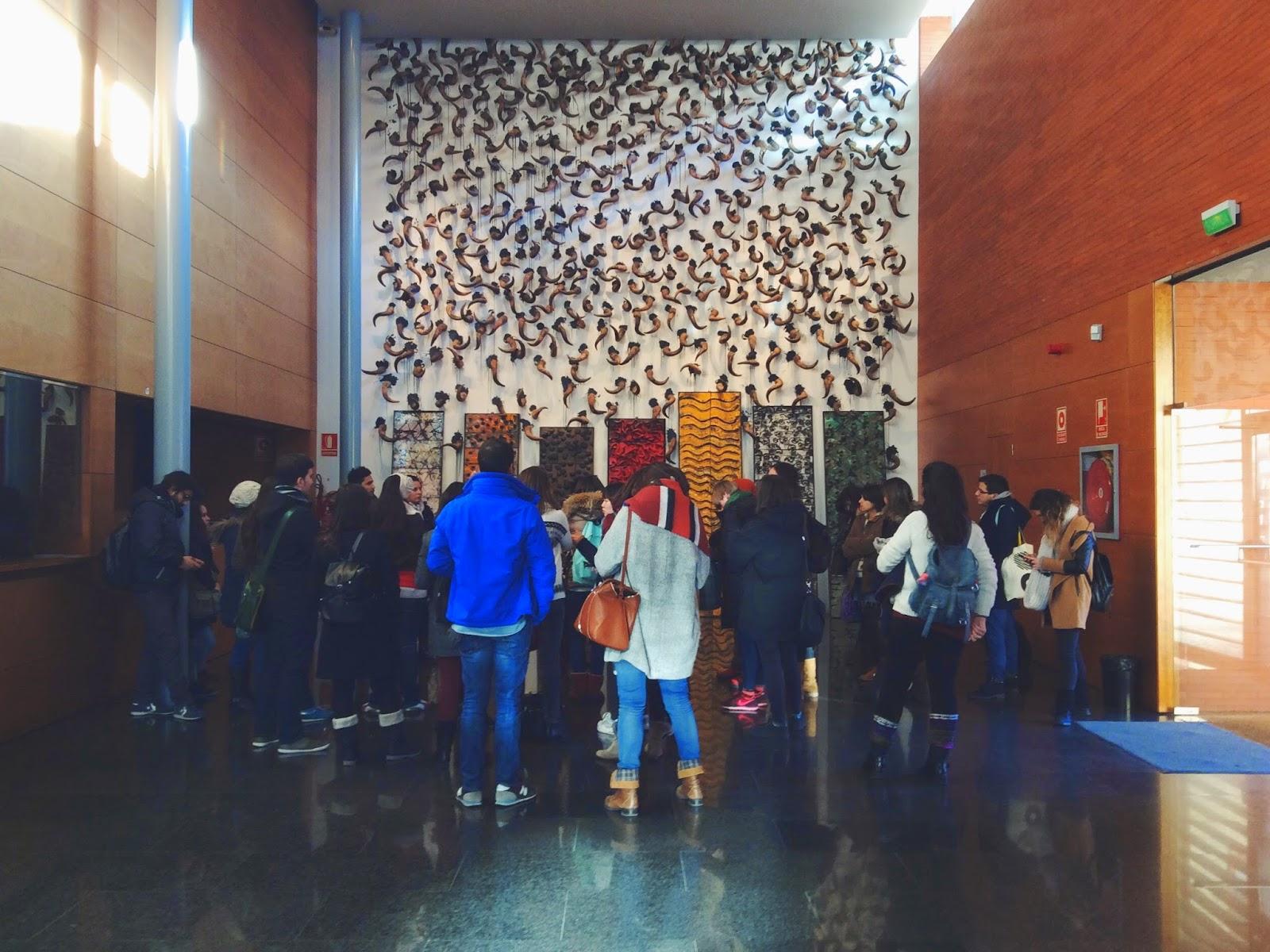 Alumnos del Máster Universitario en Gestión Cultural en el vestíbulo del Teatre de L'Escorxador