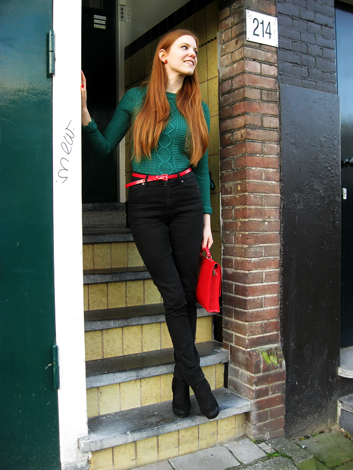 Green red sweater high waisted jeans outfit Christmas blogger Amsterdam