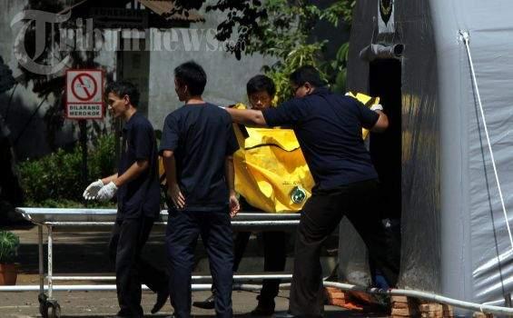 Mabes Polri membawa kantong jenazah korban kecelakaan pesawat sukhoi superjet 100