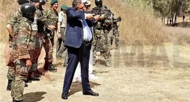 Ο Π.Καμμένος πήρε το... όπλο του - Ο ΥΕΘΑ έριξε με το P-90 στην Κύπρο
