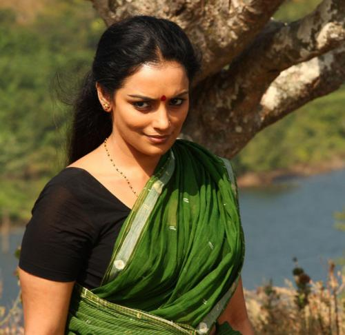 Beautiful Shwetha Menon in green saree shy smile