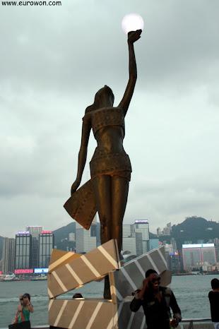 Estatua al principio de la Avenida de las Estrellas de Hong Kong