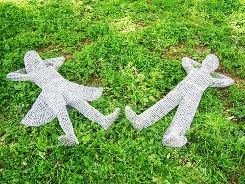 01-Kids-in-the-Park-Italian-Artist-Pietro-DAngelo-Paper-Clips-Sculptures-www-designstack-co